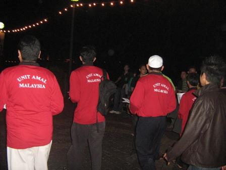 Ahli-ahli XPDC mengedarkan risalah kepada pengunjung waterfront pada malam tersebut