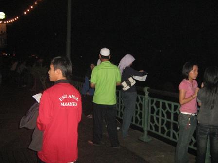 Ketua Pemuda PAS Sarawak, Abg. Addy mengedarkan risalah kepada anak-anak muda