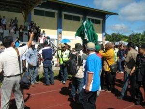 Pihak Polis cuba menghalang petugas PAS membawa bendera PAS ke dalam stadium