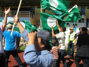 rakan-rakan dari pakatan rakyat cuba membawa 'lari' bendera