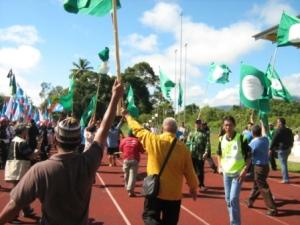 Bendera PAS berjaya di bawa 'lari' dari di rampas polis